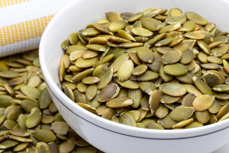 As sementes de ab?bora descascaram a cole??o das sementes de v?rias porcas Close-up imagens de stock