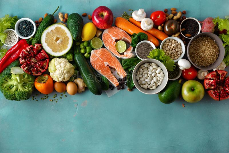 As sementes de cereais colocadas lisas do alimento da dieta saudável pescam a opinião superior do fundo da pedra dos frutos dos v imagens de stock