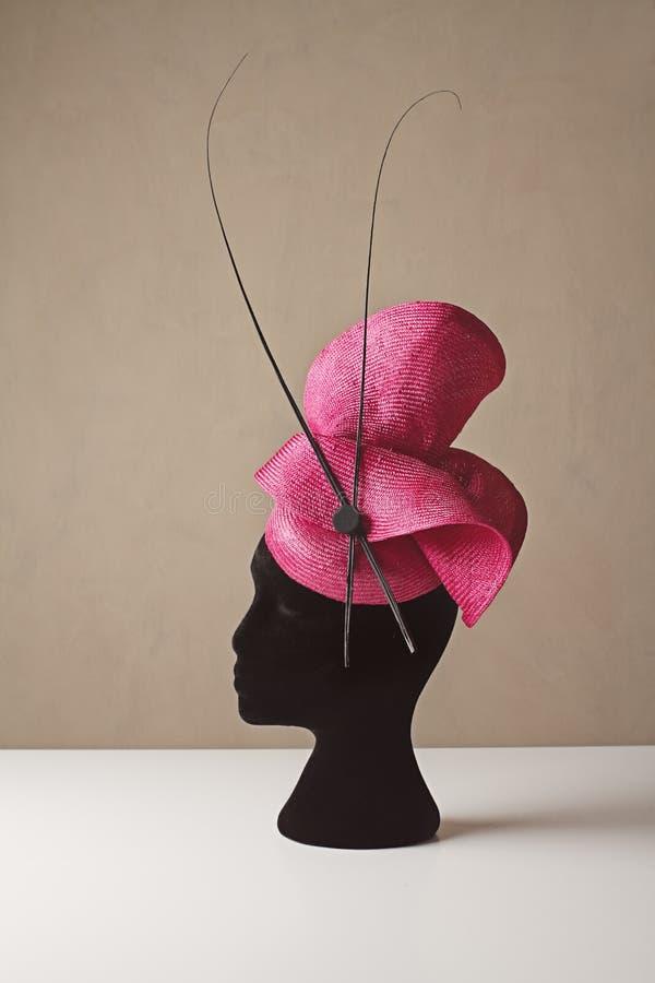 As senhoras cor-de-rosa e pretas competem o carnaval da mola do chapéu foto de stock royalty free