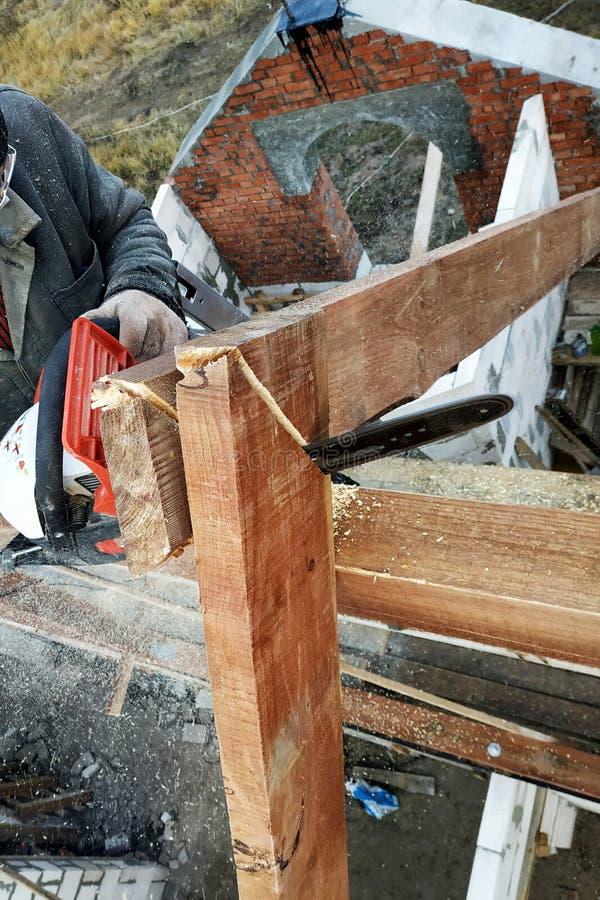 As serras do construtor no telhado da serra de cadeia Vigas do telhado fotografia de stock royalty free