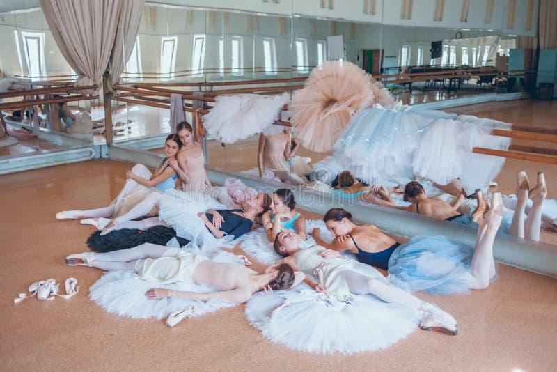 As sete bailarinas contra a barra do bailado imagens de stock