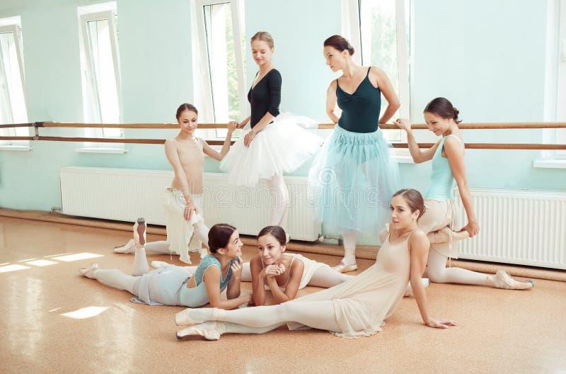 As sete bailarinas na barra do bailado fotos de stock
