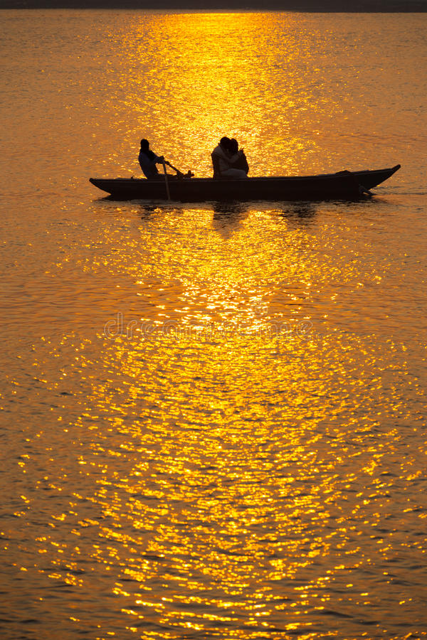 Por do sol indiano Ganges Varanasi dos turistas do barco a remos fotos de stock