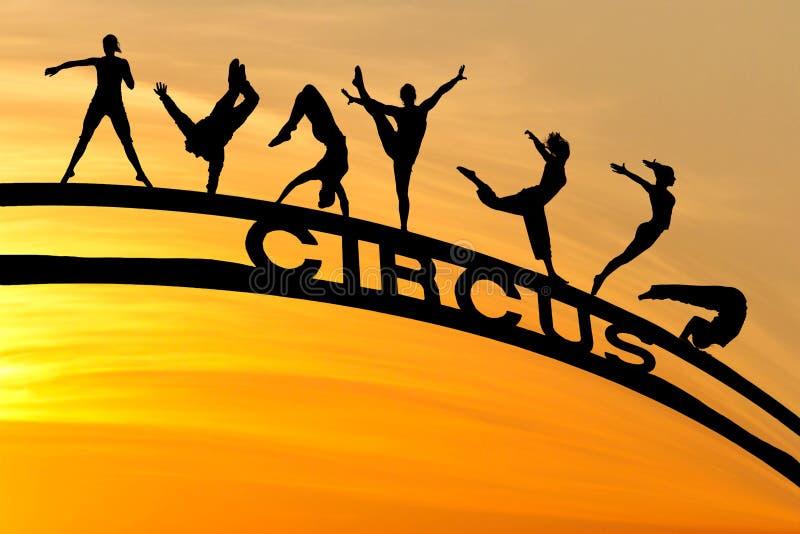 As silhuetas do circo e assinam dentro o céu do por do sol fotos de stock