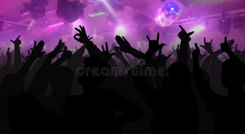 As silhuetas do concerto aglomeram-se com as mãos levantadas em um disco da música ilustração do vetor
