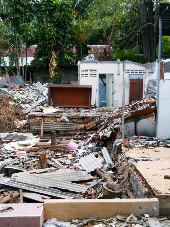 As sobras após a destruição da casa foto de stock