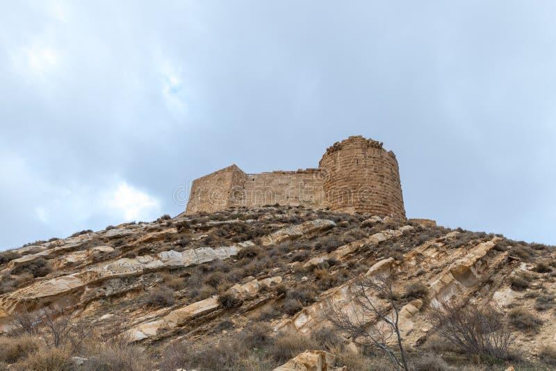 As sobras da fortaleza medieval Ash Shubak, estando em um monte perto da cidade de Al Jaya em Jordânia fotos de stock