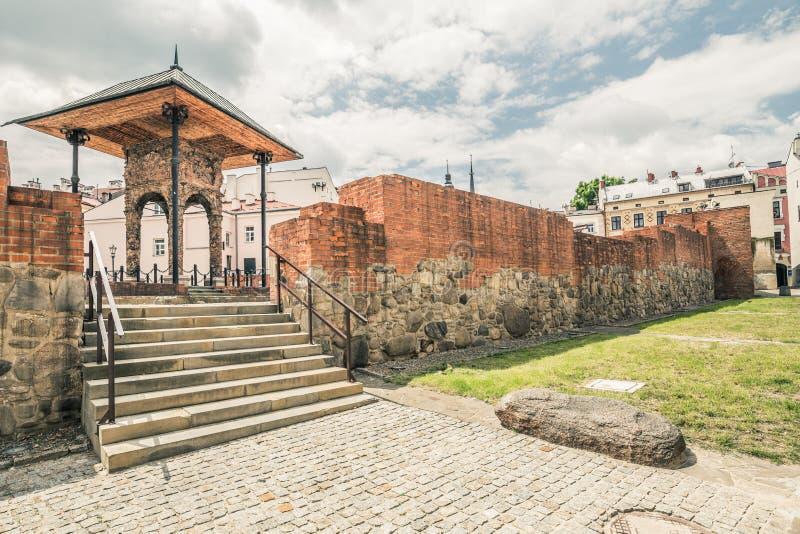 As sobras de uma sinagoga judaica em Tarnow destruíram no Polônia durante a guerra fotos de stock