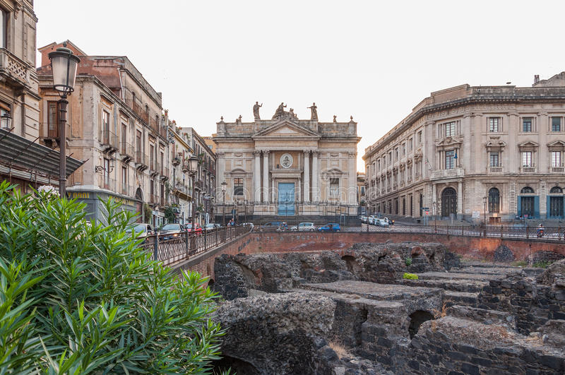 As sobras do anfiteatro romano no Stesicoro esquadram em Catania, Itália fotografia de stock