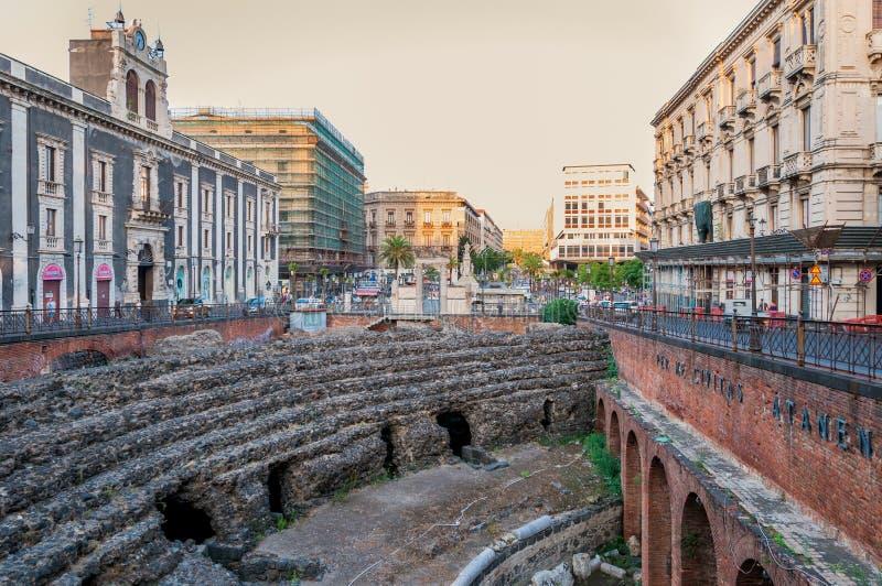 As sobras do anfiteatro romano no Stesicoro esquadram em Catania, Itália fotografia de stock royalty free