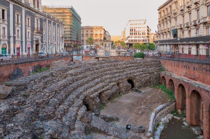 As sobras do anfiteatro romano no Stesicoro esquadram em Catania, Itália foto de stock royalty free