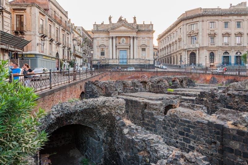 As sobras do anfiteatro romano no Stesicoro esquadram em Catania, Itália imagem de stock royalty free