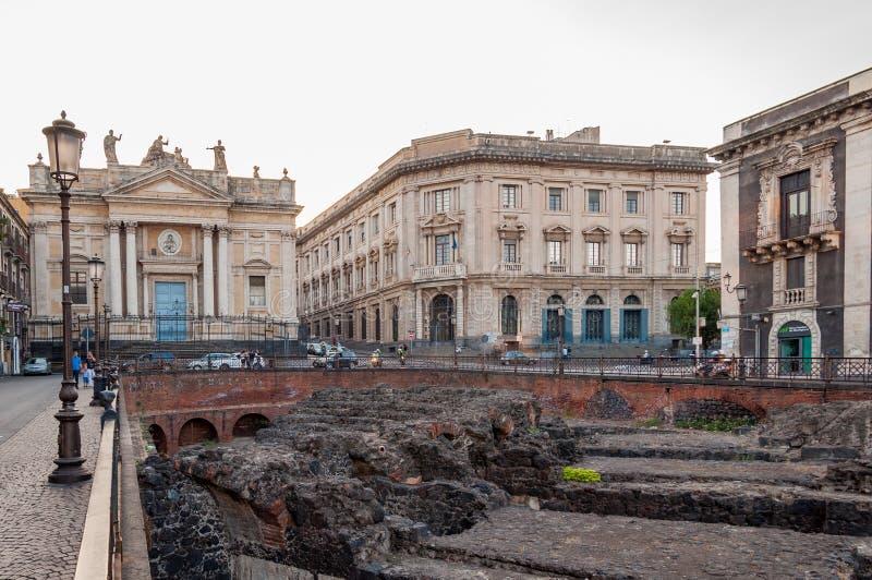 As sobras do anfiteatro romano no Stesicoro esquadram em Catania, Itália imagens de stock