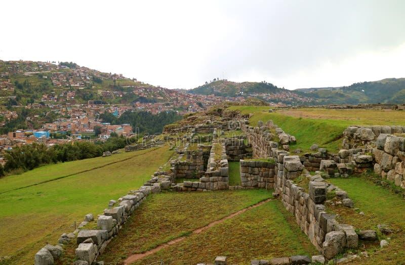 As sobras do local arqueológico de Sacsayhuaman, citadela antiga do império do Inca que negligencia a cidade de Cusco, Peru foto de stock