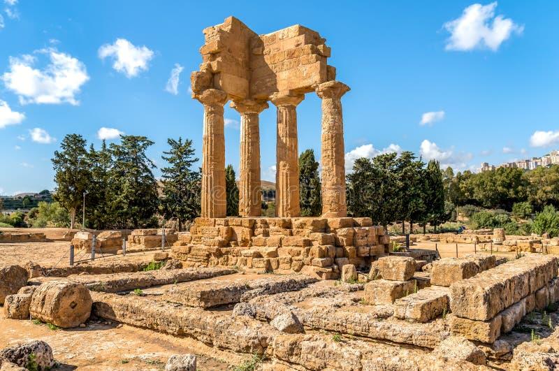 As sobras remontadas dos templos do rodízio e do Pollux, situados no parque do vale dos templos em Agrigento, Sicil imagens de stock royalty free