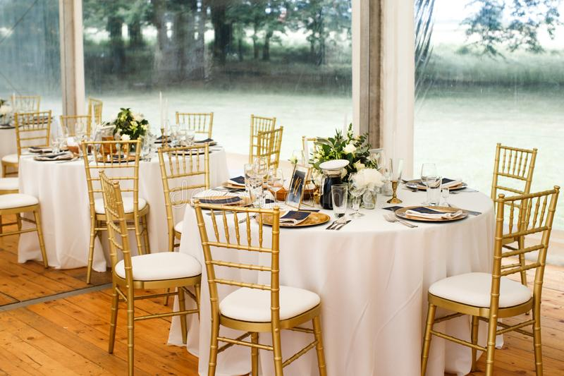 As tabelas ajustam-se para o casamento ou um outro jantar abastecido do evento foto de stock royalty free