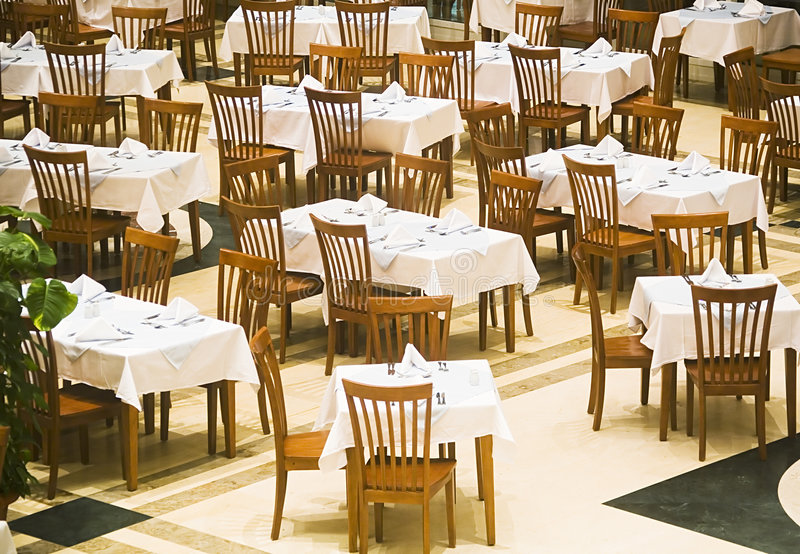 As tabelas cobertas no restaurante foto de stock