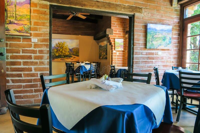 As tabelas colocaram para o almoço, restaurante de Tohono Chul Park, Tucson, Ariz foto de stock royalty free