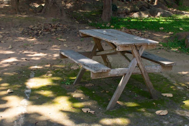 As tabelas de madeira no assoalho em um parque foto de stock