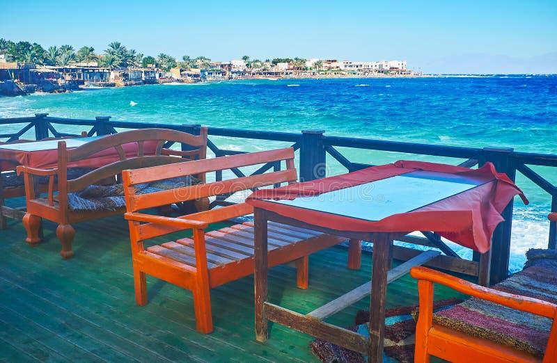 As tabelas na costa do golfo de Aqaba, Dahab, Sinai, Egito foto de stock