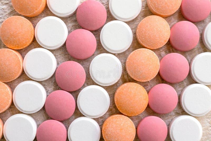 As tabuletas brancas, cor-de-rosa e alaranjadas listram o fundo Formiga diferente foto de stock royalty free