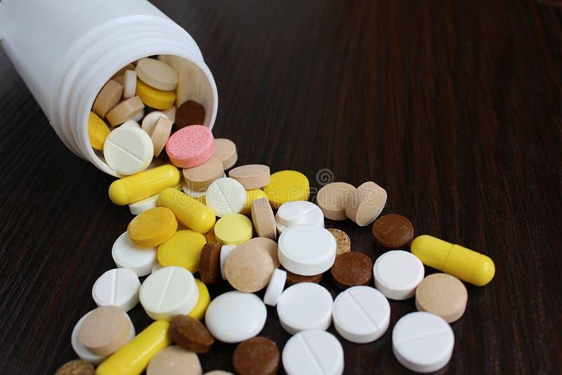 As tabuletas da medicamentação são soçobradas na tabela imagem de stock royalty free