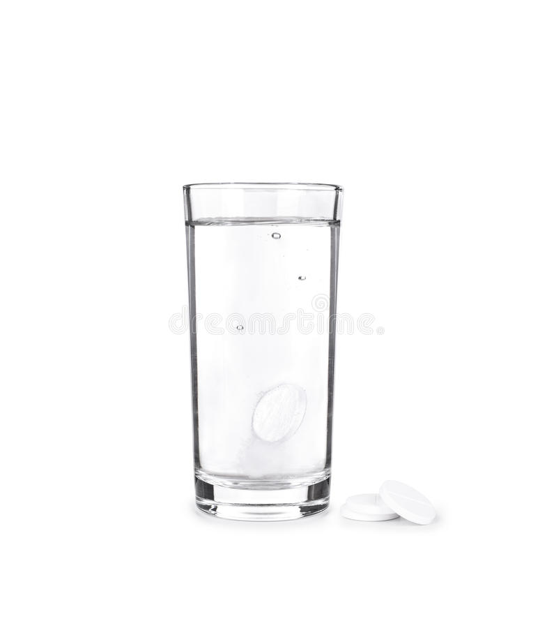 As tabuletas e o vidro efervescentes com água imagens de stock royalty free