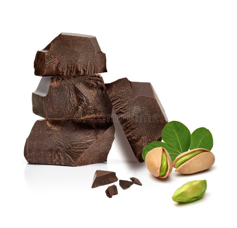 As tabuletas rachadas do chocolate empilham com pistaches fotos de stock