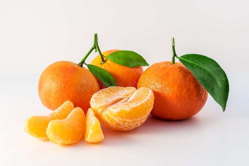 As tangerinas ou a tanjerina inteira frutificam e descascaram segmentos fotos de stock royalty free