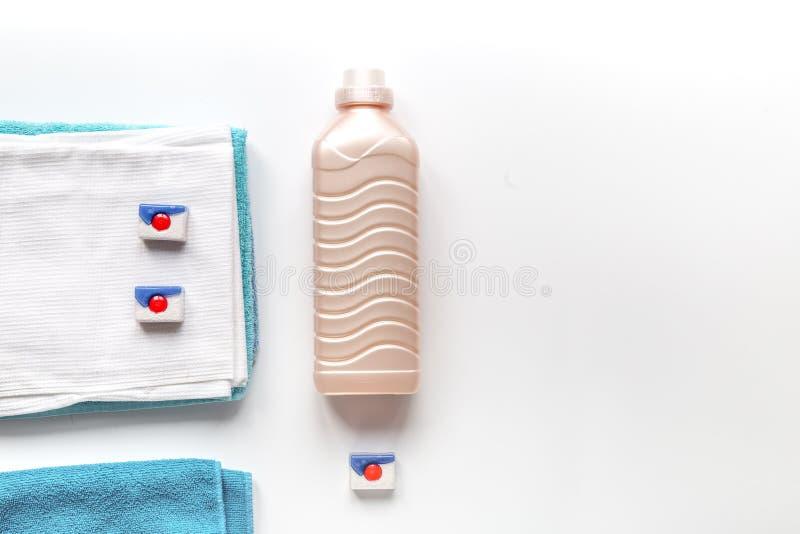 As tarefas domésticas ajustaram-se com toalhas e as garrafas plásticas no modelo da opinião superior da lavanderia imagem de stock royalty free