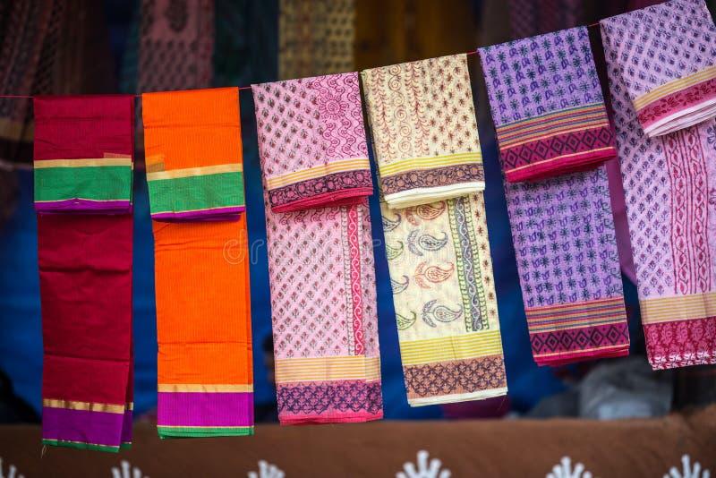As telas e os xailes coloridos em um mercado param fotos de stock royalty free