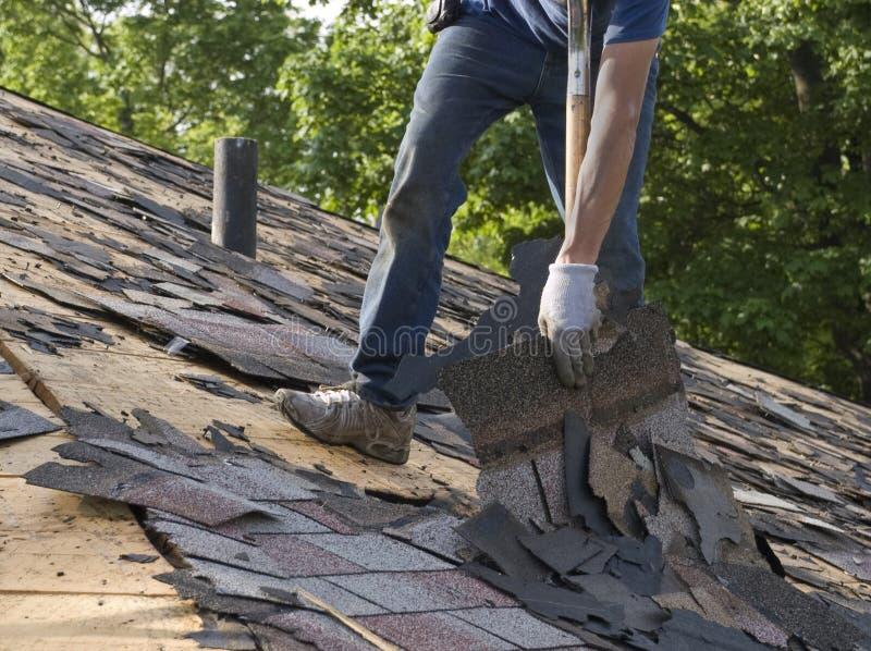 As telhas do telhado rasgam fora a manutenção Home do reparo fotos de stock