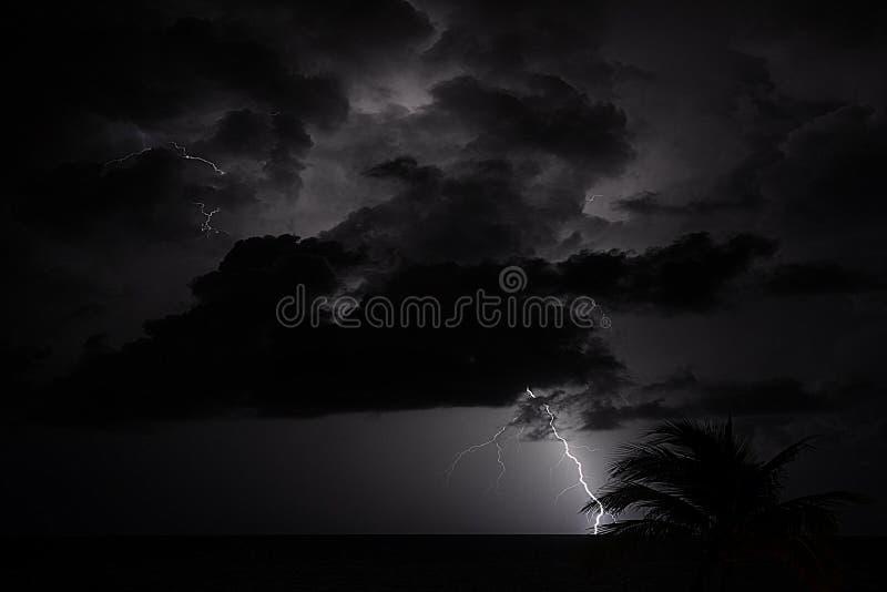 As tempestades do oceano durante o verão tropical indicam frequentemente ataques dramáticos do trovão e do relâmpago fotos de stock royalty free