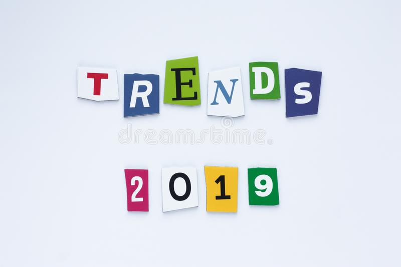 As tendências da palavra em letras coloridas Tende o conceito Tendências 2019 da inscrição Cartão abstrato com tendências colorid ilustração stock