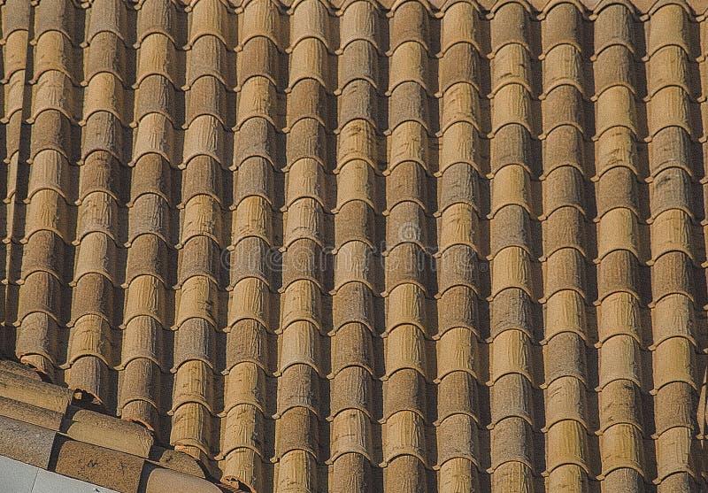 As texturas das telhas de telhado O fundo é textured, cinzento e marrom foto de stock royalty free