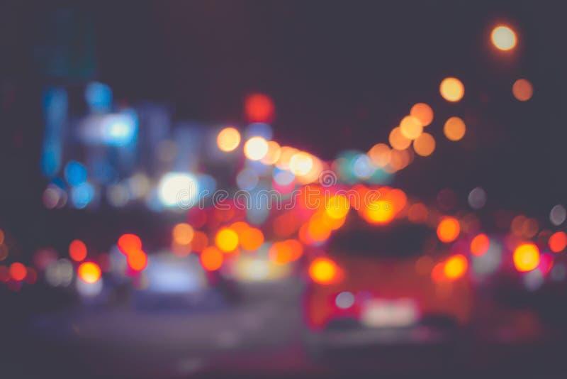 As texturas dos fundos iluminam-se dos carros na rua, traffi de Bokeh imagens de stock