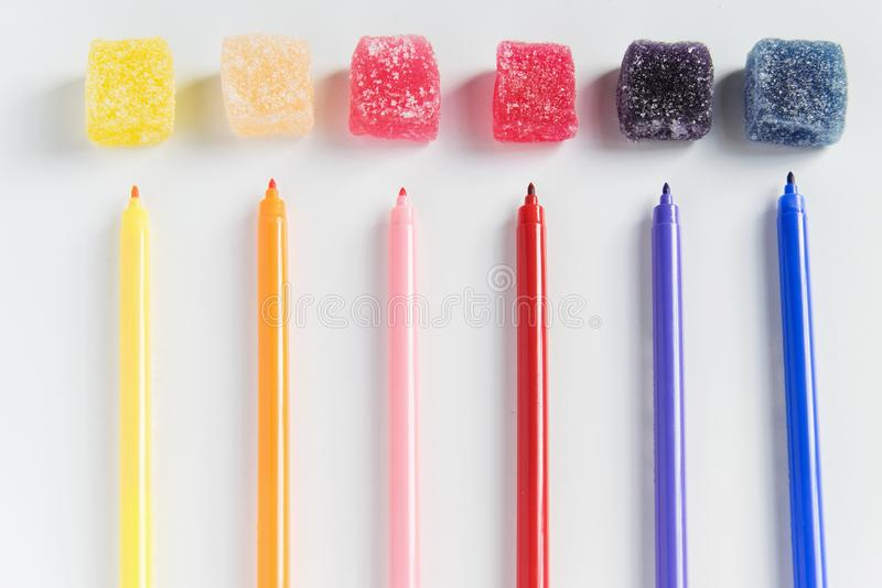 As tinturas - evidentes e escondidas nos doces para crianças Conceito da indústria, do negócio e da saúde fotos de stock royalty free