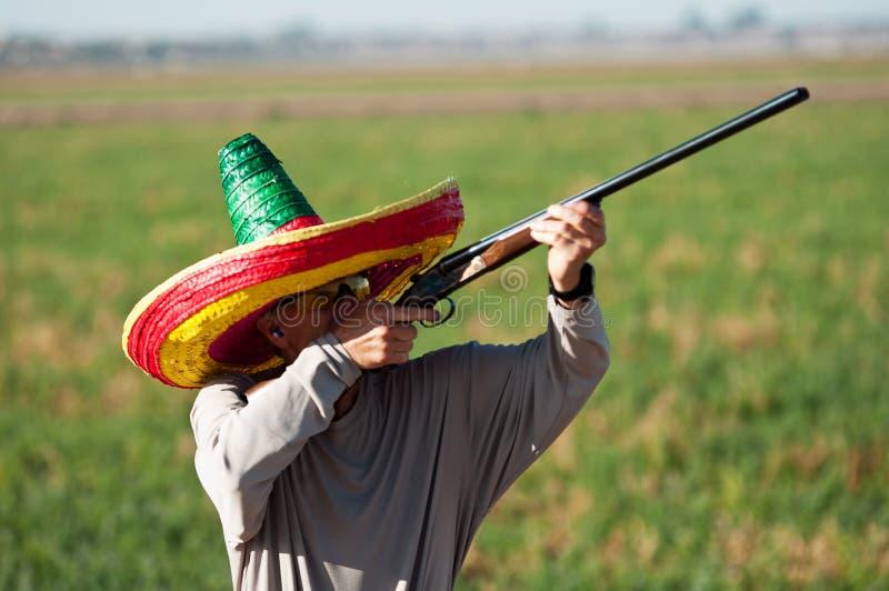 As tomadas idosas do caçador da pomba visam pombas imagens de stock
