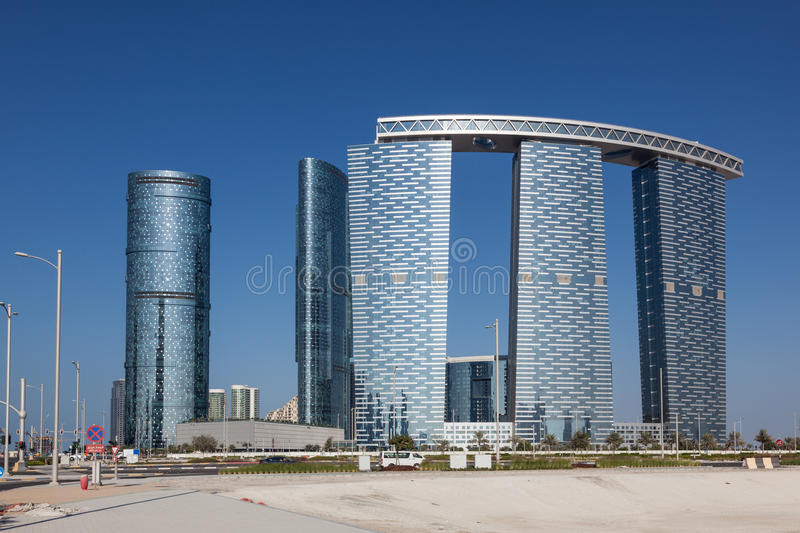 As torres da porta em Abu Dhabi City