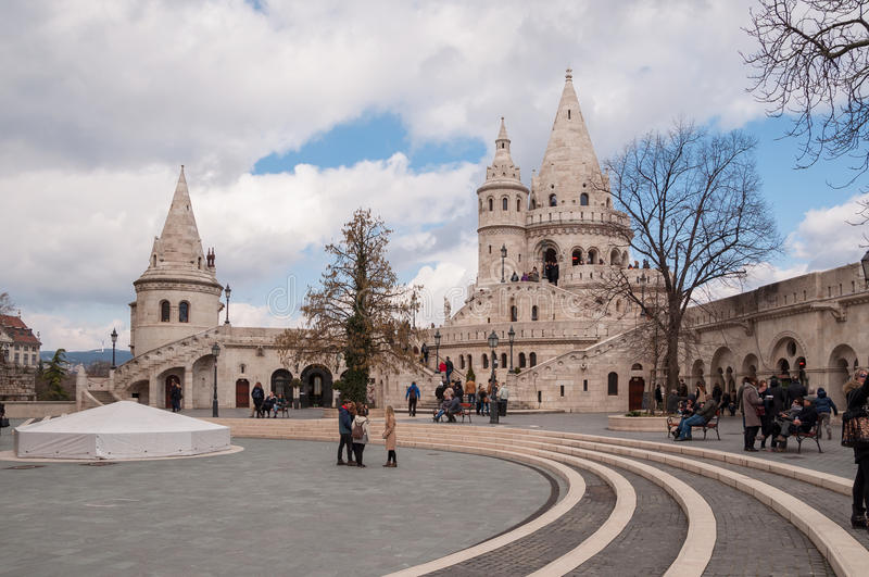 As torres do ` s do pescador fortificam situado no banco de Buda do Danúbio em Budapest, Hungria imagens de stock