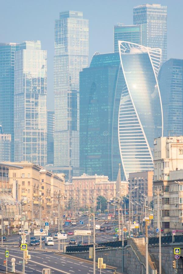 As torres dos arranha-céus altos de vidro e as ruas cidade de Moscou, Moscou foto de stock