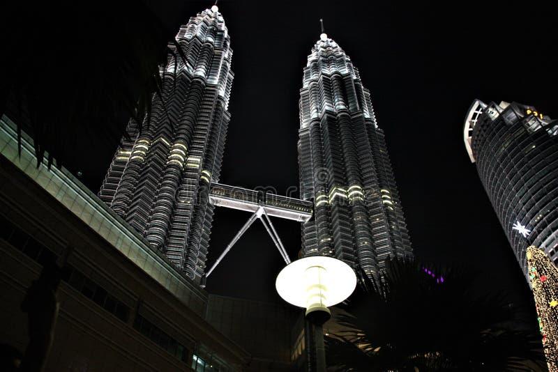 As torres gêmeas na noite, as torres gêmeas as mais altas de Petronas no mundo em Kuala Lumpur Malaysia imagens de stock royalty free