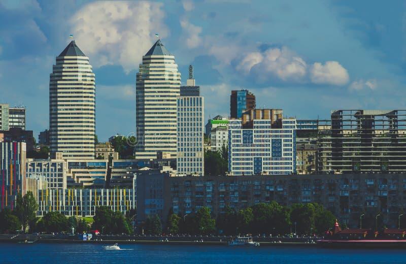 As torres juntam no banco de rio na cidade Dnipro fotos de stock