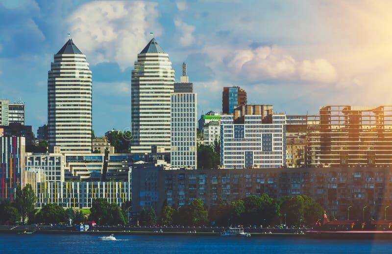 As torres juntam no banco de rio na cidade Dnipro imagem de stock