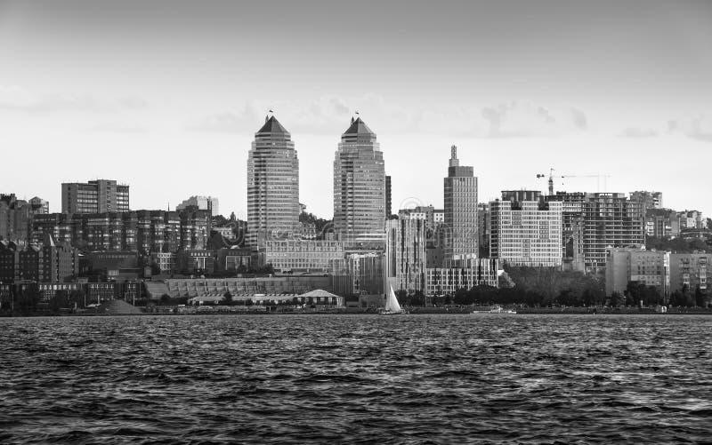 As torres juntam no banco de rio na cidade Dnipro fotografia de stock