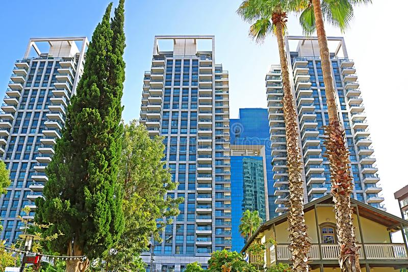 As torres luxuosas do TLV Sarona de Gindi acima do mercado de Sarona, Tel Aviv, Israel imagens de stock royalty free