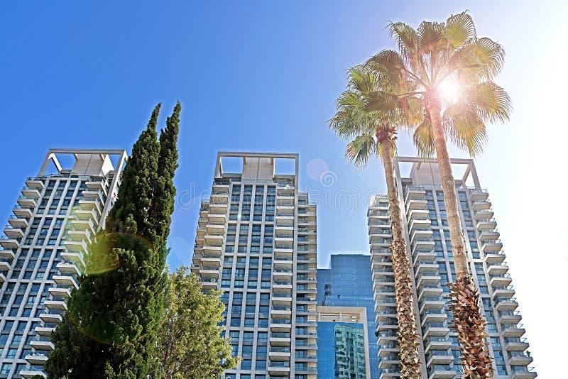 As torres luxuosas do TLV Sarona de Gindi acima do mercado de Sarona, Tel Aviv, Israel imagem de stock royalty free