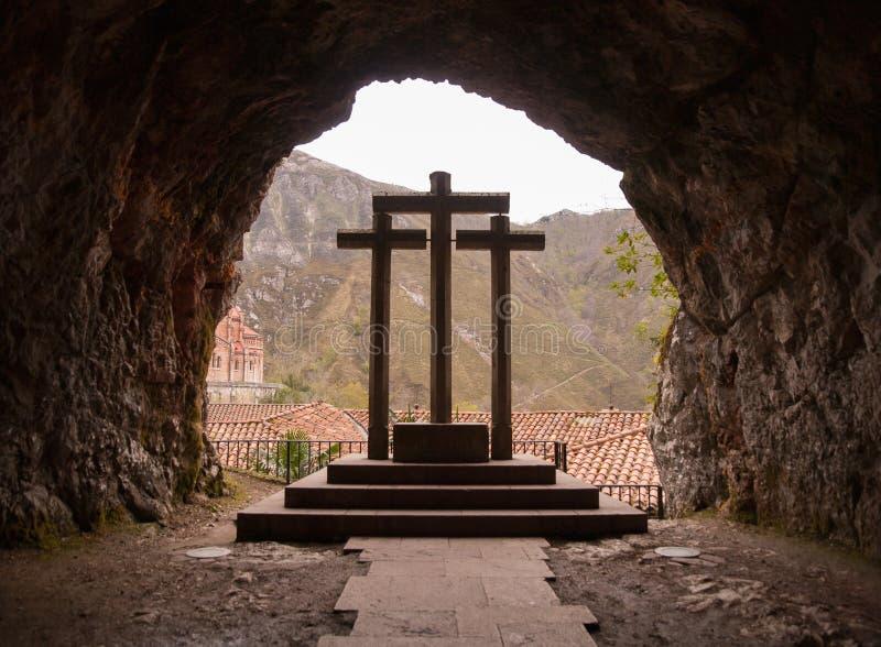 As três cruzes em Covadonga, as Astúrias foto de stock