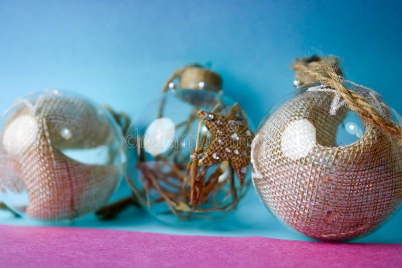 As três de ano novo improvisado vintage do moderno elegante transparente de vidro pequeno do círculo bolas festivas bonitas decor fotos de stock