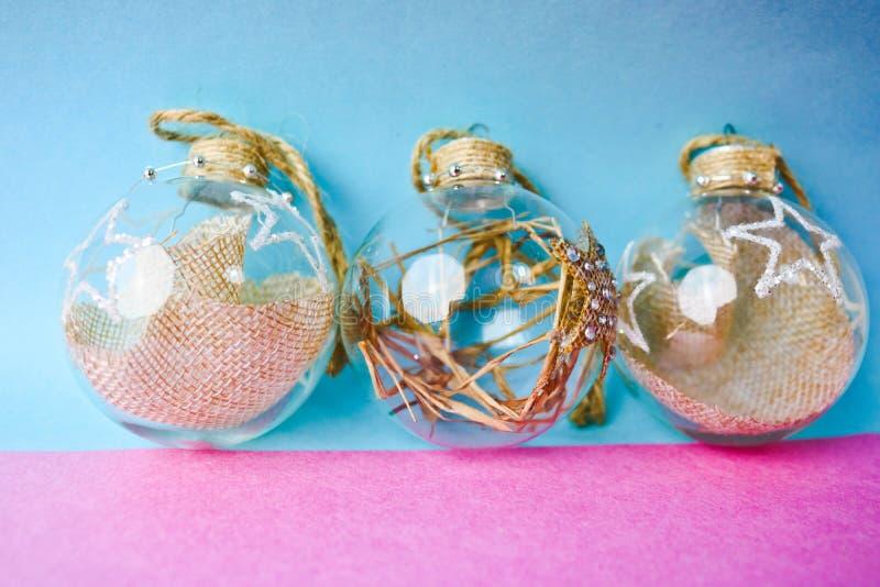 As três de ano novo improvisado vintage do moderno elegante transparente de vidro pequeno do círculo bolas festivas bonitas decor fotografia de stock